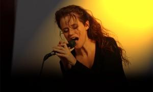 Zangeres Carolien van Workum zingt 'Hallelujah'